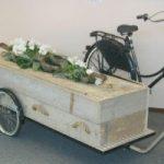 Rouwkist achter de fiets, rouwvervoer